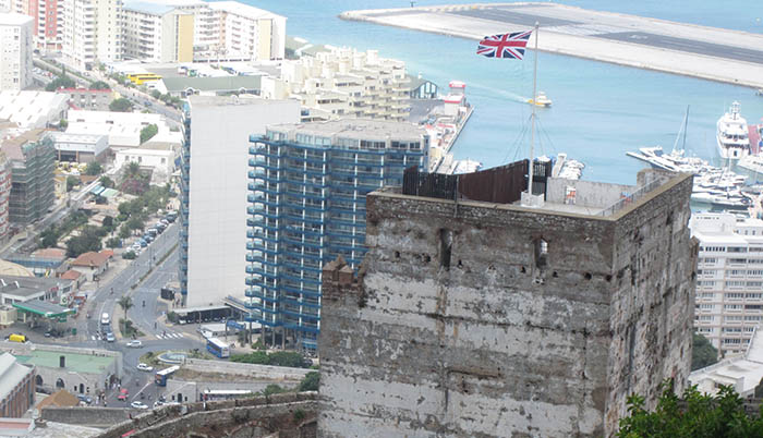 Torre del castillo de Gibraltar, con puerto y aeropuerto al fondo