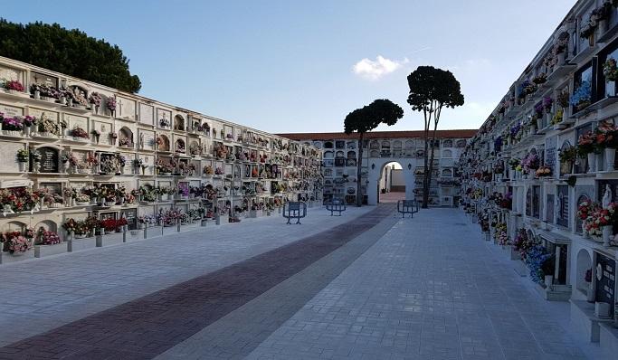 Patio central del Cementerio Municipal de La Línea