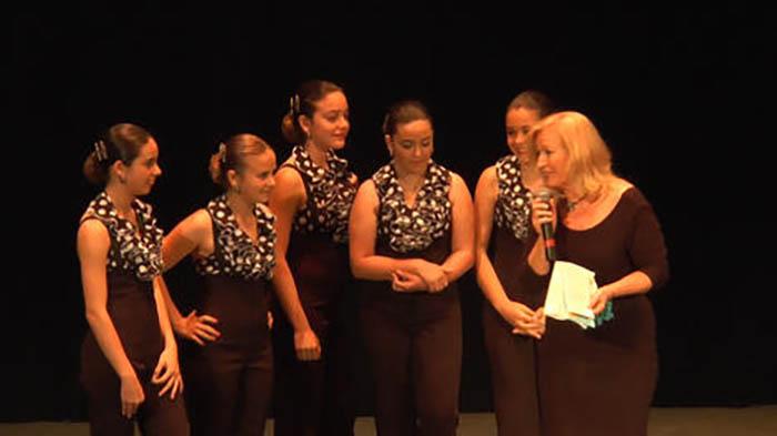Chari Expresati y algunas de sus alumnas en un acto de fin de curso