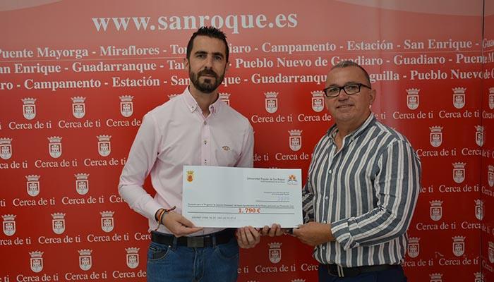 David Ramos y Antonio Delgado con el cheque entregado a Protección Civil de San Roque