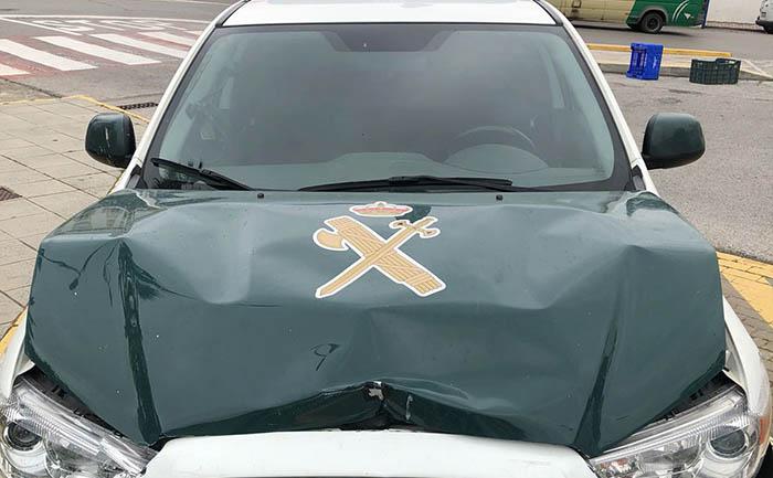 Estado en que quedó el coche de la Guardia Civil