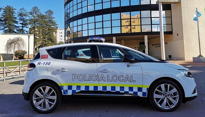Un coche de Policía Local frente al Ayuntamiento de La Línea