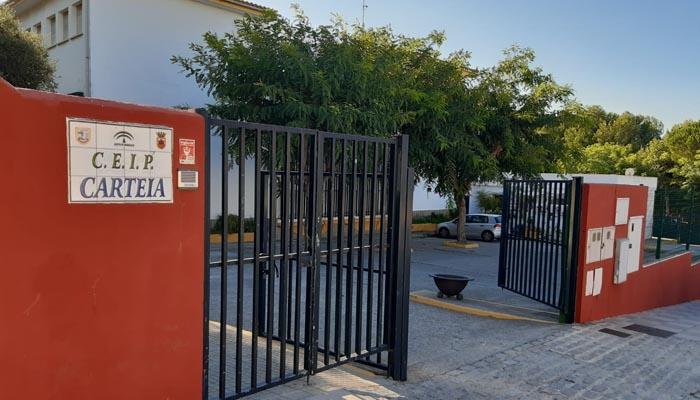 Entrada a uno de los centros educativos de la comarca