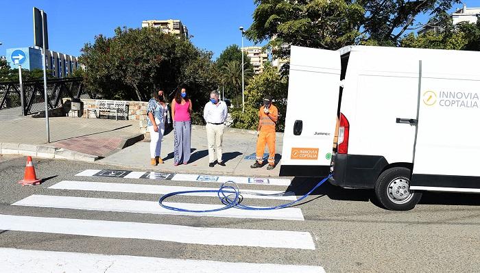 Continúan los trabajos de repintado de los pasos de peatones en Algeciras
