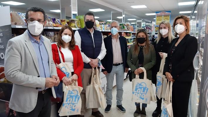 Alcalde y concejales linenses hoy en uno de los comercos de 'Los Junquillos'. Foto: lalínea.es