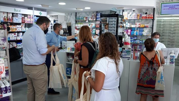 Alcalde y concejales, esta mañana en una farmacia de la Atunara. Foto: lalínea.es