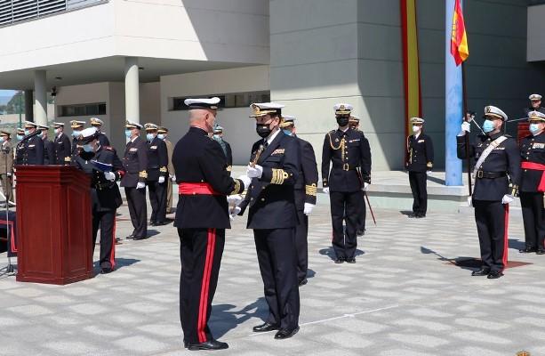 El nuevo COMGEIM recibe el bastón de mando de manos del AJEMA, este mediodía, en San Fernando. Foto ARMADA/ ORP FIM
