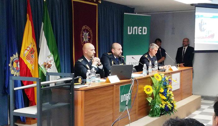 El comisario de la Brigada Central de Estupefacientes, en el centro, durante su intervención ayer. Foto LR