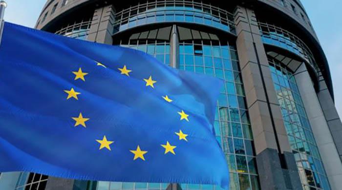 Bandera de la Unión Europea ante la sede de la Comisión