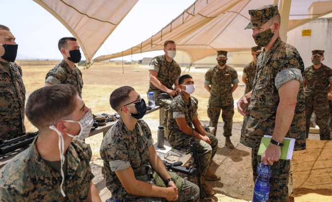 El general Neary conversa con marines durante su visita a la Base Aérea de Morón. Foto USMC/Tawanya Norwood