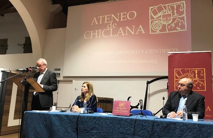 Ramón Valcárcel fue invitado por el Ateneo de Chiclana