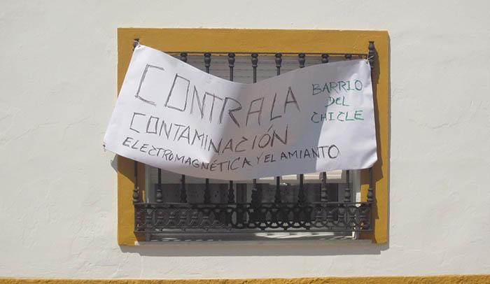 Pancarta de protesta vecinal en el barrio del Chicle