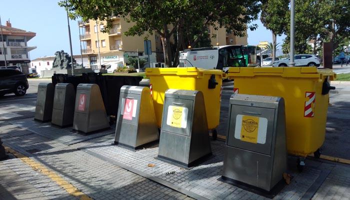 Contenedores de diverso tipo en una vía pública de la ciudad
