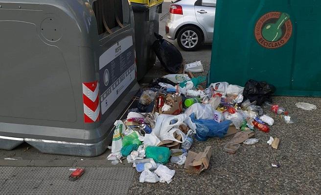 Basura junto a los contenedores en La Línea