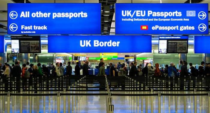 Control de pasaportes en el aeropuerto de Londres