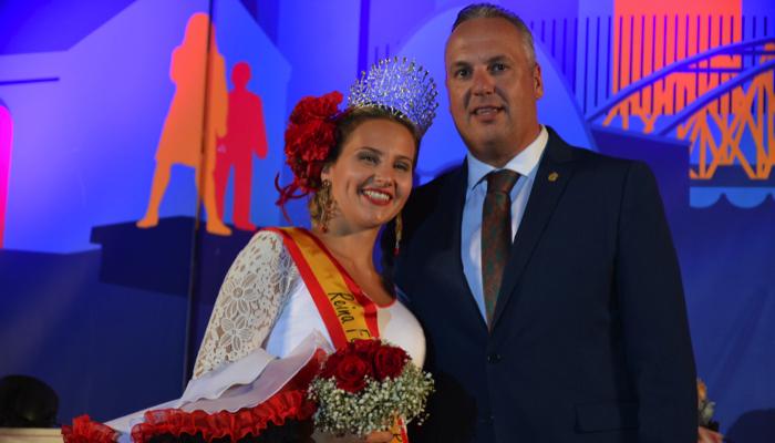 El alcalde, Juan Carlos Ruiz Boix, con la Reina de la feria