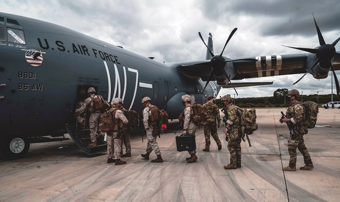 Miembros del CTF 68 embarcan en un Hércules C-130 en la base de Rota, rumbo a Malí. Foto US Navy/William Chockey