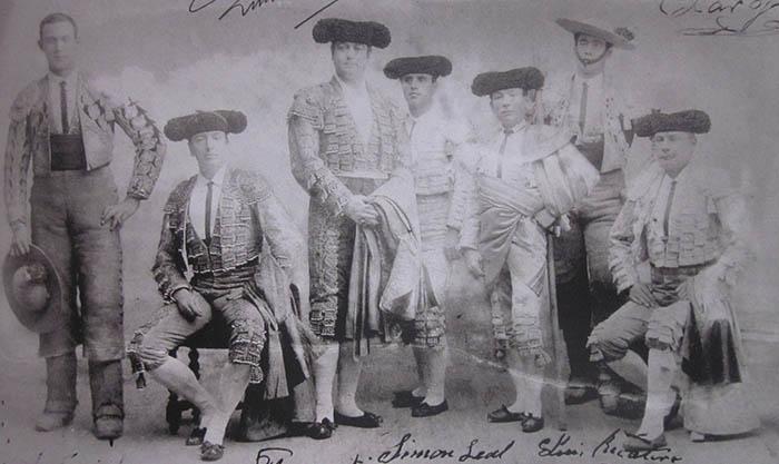 Foto tomada por Valleto en México a la cuadrilla de Mazzantini en enero de 1902. En el centro, de pie, el reconocido matador.