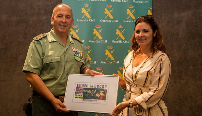 Jesús Núñez y Gema Valderrama con el cupón