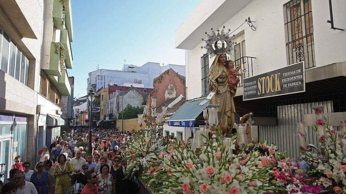 Miles de personas siguen a la Virgen del Carmen por las calles de Algeciras