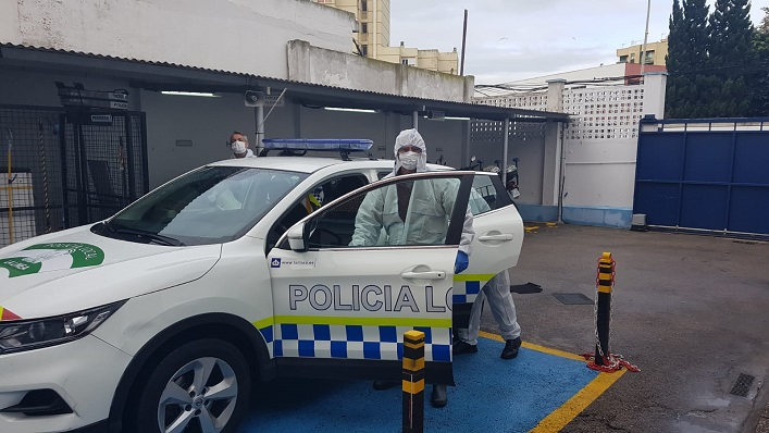 Uno de los vehículos de la Policía Local que están siendo desinfectados