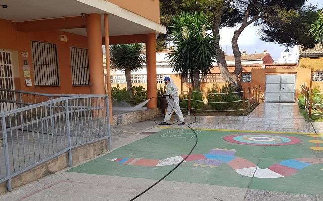 Un operario limpiando uno de los colegios de La Línea. Foto: lalínea.es