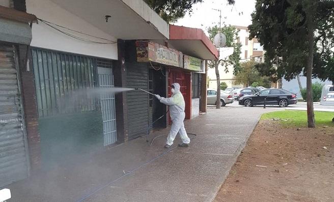 Un operario municipal en la zona de los Junquillos