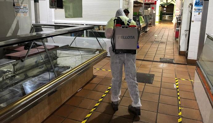 Un operario desinfectando el interior del Mercado Municipal