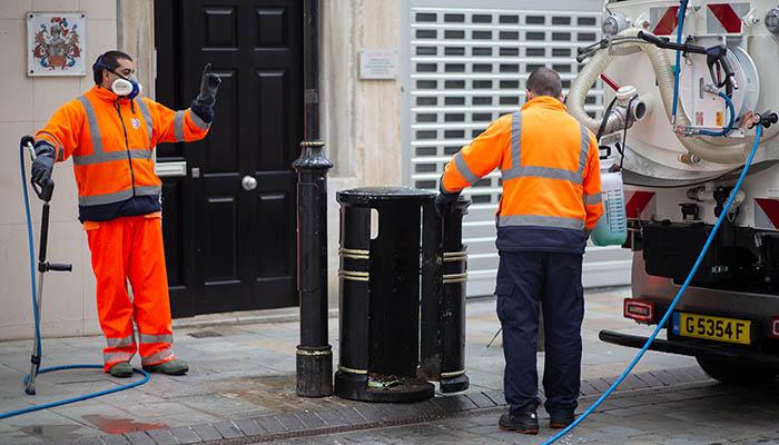 Desinfectando las calles de Gibraltar. Foto SR