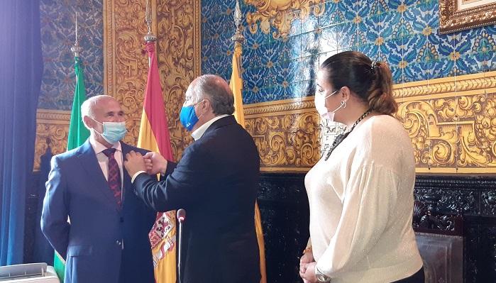 El profesor Salvador Marcet recibe la insignia de Algeciras por su jubilación