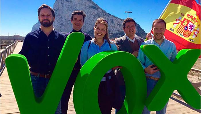 Dirigentes de Vox ante Gibraltar, en un acto de la campaña andaluza