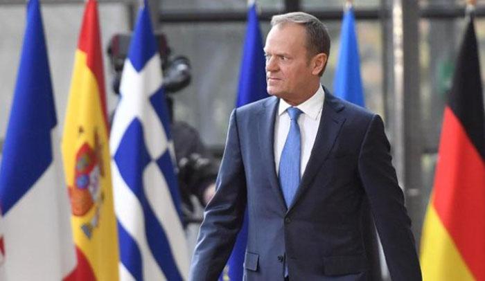 Donald Tusk pasa junto a las banderas de la UE, entre ellas la de España