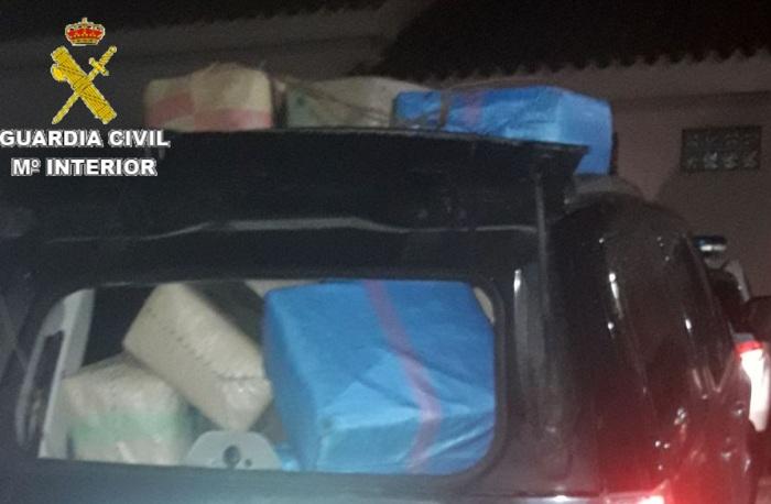 Uno de los vehículos intervenidos cargado de fardos de hachís