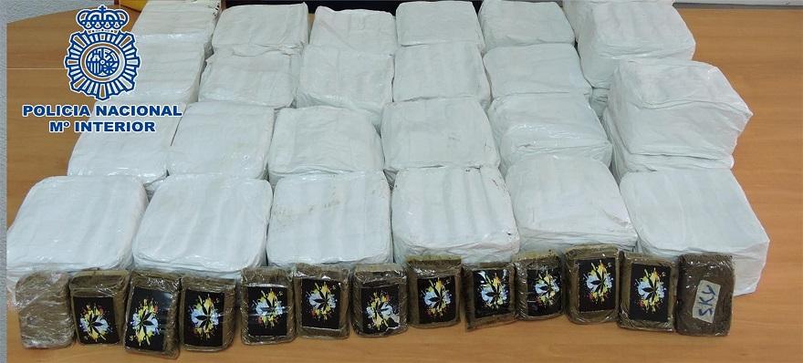 En el vehículo fueron encontrados 28 kilos de hachís