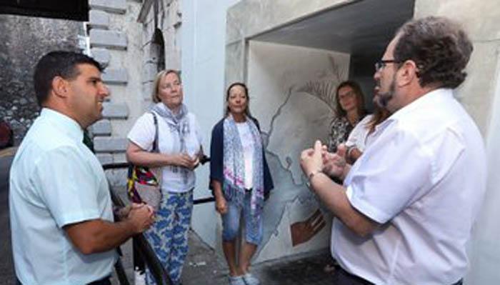 Visita del ministro al mural enl Prince Edward's Gate. Twt