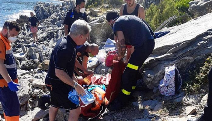 Bomberos de Algeciras rescatan a una mujer herida en Cala Arena