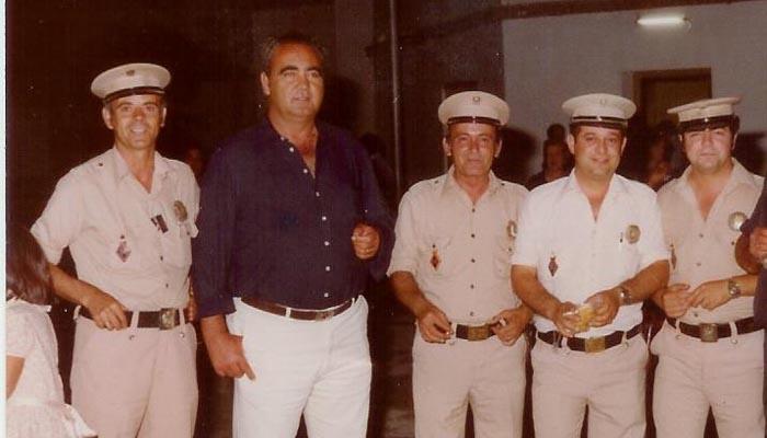 Eduardo Moreno, primero por la izquierda