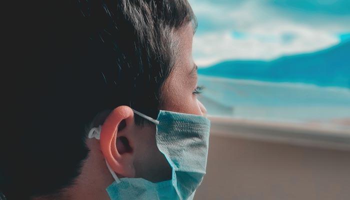 Un niño, con la mascarilla obligatoria para evitar contagios por Covid-19