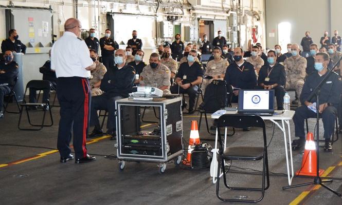 El COMGEIM se dirige a un grupo de oficiales en el hangar del BAA 'Castilla'. Foto Armada/CG Flota