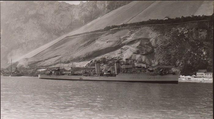 """El """"José Luis Díez"""", remolcado por un buque inglés, tras embarrancar en """"Catalan Bay"""" en su intento de huida. En el reverso de la foto se puede leer: """"Foto tomada desde nuestra lancha. G.J."""" © Biblioteca Nacional de España."""