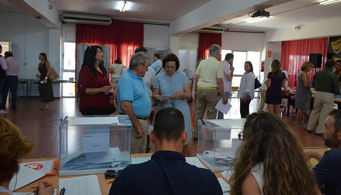 Actividad en uno de los colegios electorales de San Roque