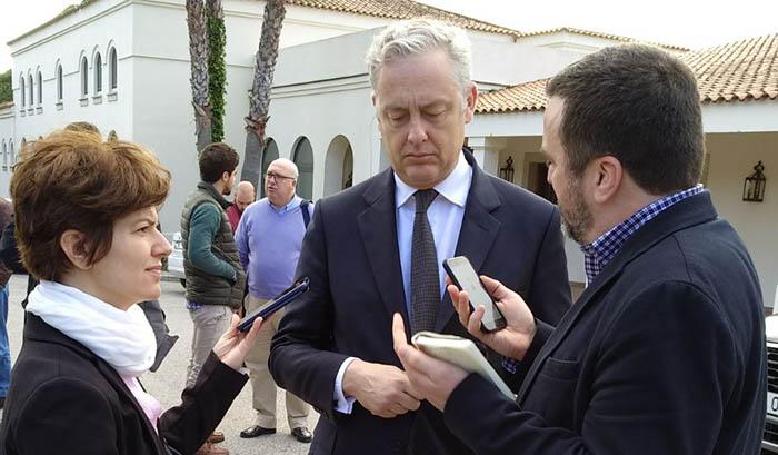El embajador británico Simon Manley, hoy con los periodistas
