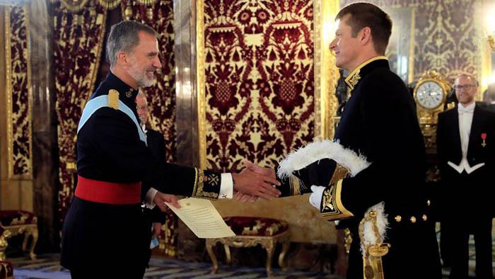 El embajador Hugh Elliot presenta sus credenciales al Rey Felipe VI