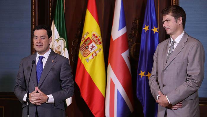 El embajador Hugh Elliot, a la derecha, observa al presidente de la Junta de Andalucía en un reciente acto