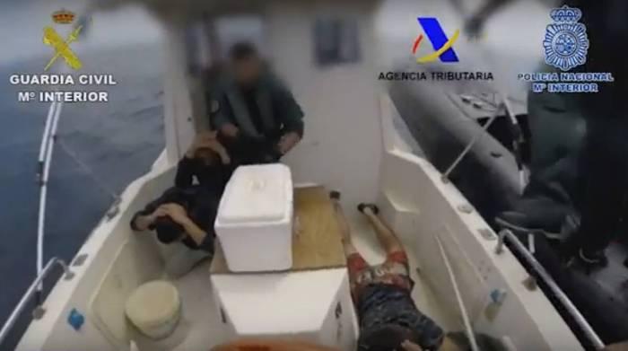 Momento de una de las detenciones en la propia embarcación