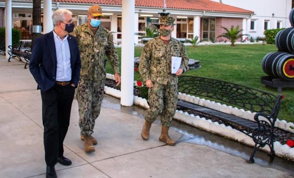 El encargado de Negocios, Conrad Tribble, a la izquierda, durante su visita a la base de Rota el pasado martes. Foto US Navy/ Nathan Carpenter