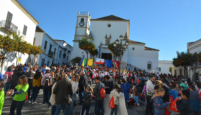 Los participantes en el encuentro, frente a la iglesia de Santa María Coronada