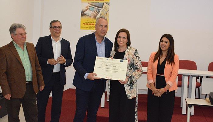 El alcalde de San Roque, Juan Carlos Ruiz Boix, entrega uno de los diplomas