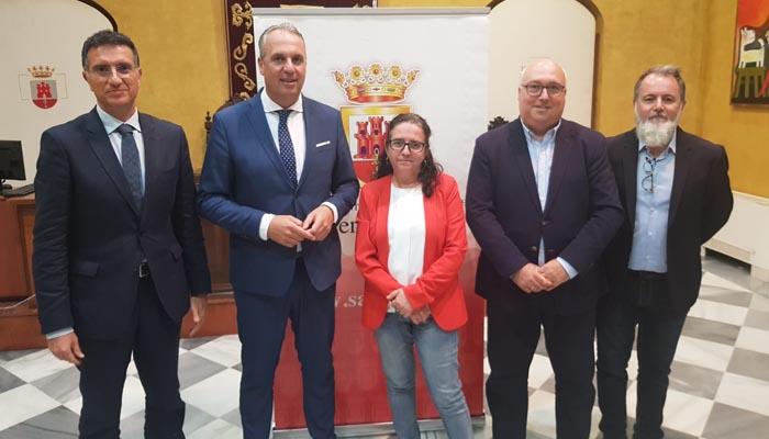 El alcalde de San Roque con los periodistas que le entrevistaron