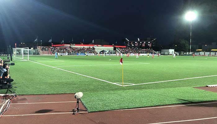 Partido nocturno en el estadio gibraltareño